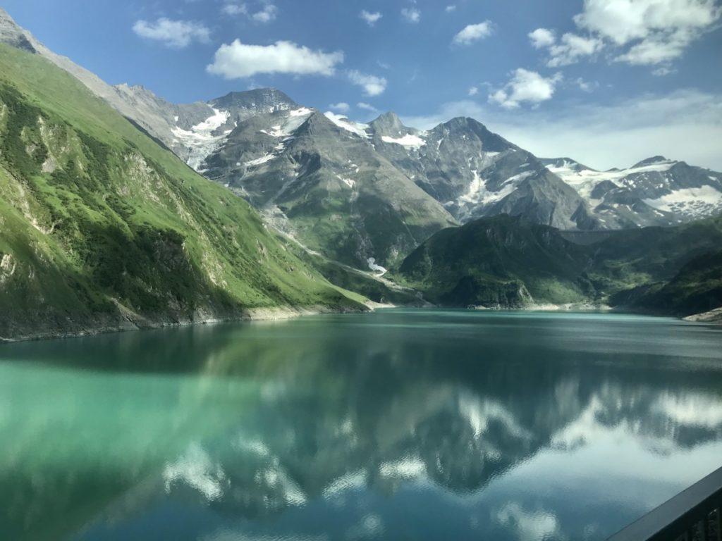 Das ist der Blick vom Wanderweg auf den Wasserfallboden Stausee und die Berge